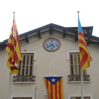Més de cent pobles i ciutats de Catalunya llueixen avui l?estelada al seu ajuntament