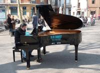 El piano de cua itinerant Maria Canals visita la Plaça del Palau de la Música Catalana