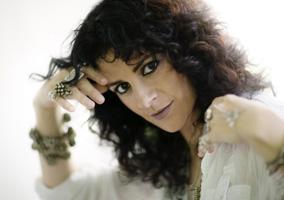 Els cants d?una dona àrab a favor de l?esperança i la justícia prenen forma en les melodies creatives de Rim Banna