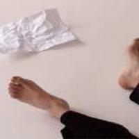 Dona embarassada amb full en blanc, de Constanza Brncic